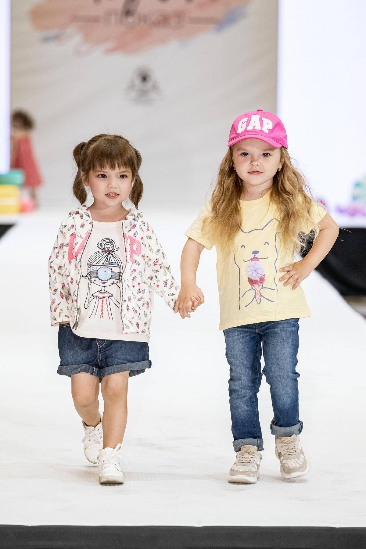 детская неделя моды KIDS FASHION WEEK, подиум, модель, фотосессия, мода, занятия для детей, модная одежда, поза фото, ребенок, fashion